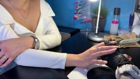 O mestre faz um cliente do tratamento de m?os vídeos de arquivo