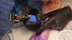 O mestre faz uma tatuagem em seu braço video estoque