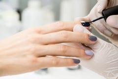 O mestre obtém a uma pintura nova os dedos cinzentos em diferente Imagem de Stock