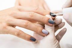 O mestre obtém a uma pintura nova os dedos cinzentos em diferente Imagem de Stock Royalty Free