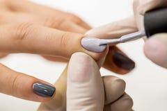 O mestre obtém a uma pintura nova os dedos cinzentos em diferente Imagens de Stock Royalty Free