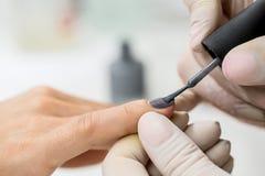 O mestre obtém a uma pintura nova os dedos cinzentos em diferente Fotografia de Stock