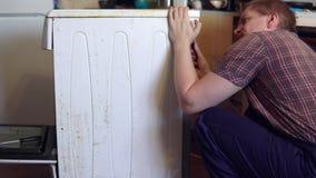 O mestre repara o fogão elétrico filme