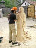 O mestre trabalha acima da criação da escultura de madeira Imagens de Stock Royalty Free