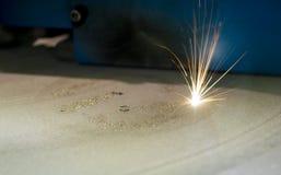 O metal é aglomerado sob a ação do laser na forma desejada Imagem de Stock Royalty Free