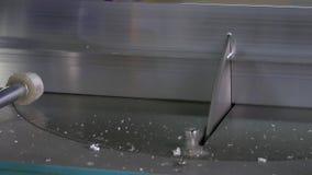 O metal do corte com circular viu na máquina automatizada pelo robô video estoque