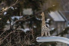 O metal do girafa assina dentro o jardim zoológico fotografia de stock royalty free