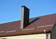 O metal marrom novo telhou o telhado com sistema e a chaminé plásticos da calha da chuva Fotos de Stock Royalty Free