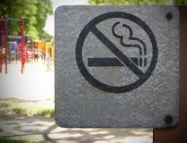 O metal não fumadores assina dentro o parque Imagens de Stock Royalty Free
