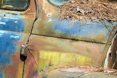O metal rústico em um caminhão abandonado imagem de stock
