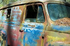 O metal rústico em um caminhão abandonado imagens de stock