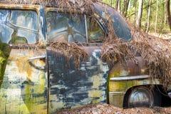O metal rústico em um caminhão abandonado foto de stock royalty free