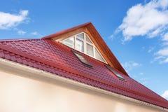 O metal vermelho telhou o telhado com trapeiras novos, o telhado Windows, as claraboias e a proteção do telhado da neve BoardÑŽ Fotos de Stock