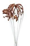 O metal whisk com chocolate imagem de stock