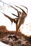O metal whisk com creme do chocolate imagens de stock royalty free