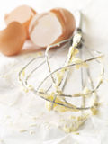 O metal whisk com manteiga Imagens de Stock