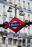 O metro assina dentro o del Sol Square de Puerta, Madri Imagem de Stock