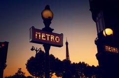 O METRO assina dentro Paris Fotografia de Stock