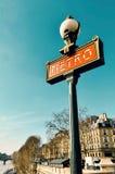 O metro assina dentro Paris Fotos de Stock