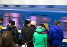 O metro conduziu o passado seus passageiros de espera Foto de Stock Royalty Free