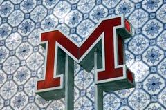 O metro do vintage assina dentro Lisboa Foto de Stock