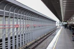 O metro em Viena Povos que esperam o metro transportaiton, vida urbana, precipitação; fotos de stock