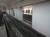 O metro está vindo postar foto de stock