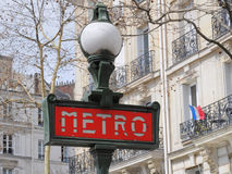 O metro (metro) assina dentro Paris Fotos de Stock Royalty Free