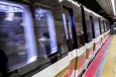 O metro no movimento que chega o estação de caminhos de ferro foto de stock royalty free