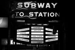 O metro a postar assina dentro Melbourne Imagens de Stock
