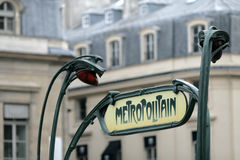 O metro verde assina dentro Paris France Fotografia de Stock Royalty Free