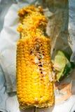 O mexicano assou o milho no botão com Harissa Mayo e cal fotos de stock