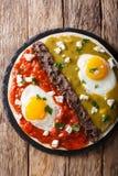 O mexicano fritou ovos dos divorciados dos huevos com verde e roja da salsa, imagem de stock royalty free