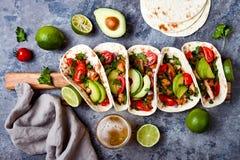 O mexicano grelhou tacos de galinha com abacate, tomate, cebola na tabela de pedra rústica Receita para o partido de Cinco de May imagem de stock
