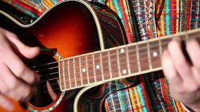 O mexicano joga o plano do close-up da guitarra, jogando a guitarra vídeos de arquivo
