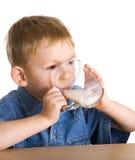 O miúdo bebe o leite Foto de Stock Royalty Free