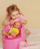 O miúdo com um papel higiénico imagens de stock