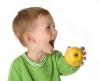 O miúdo com uma maçã (2) Foto de Stock