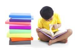 O miúdo leu o livro fotografia de stock royalty free