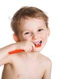 O miúdo limpa os dentes Imagens de Stock Royalty Free