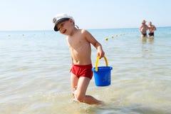 O miúdo na praia imagens de stock