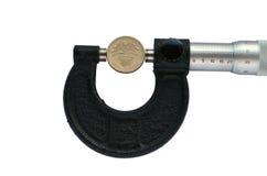 O micrômetro mede o diâmetro de uma moeda de libra Foto de Stock Royalty Free
