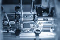 O microchip no prato principal na cadeia de fabricação foto de stock royalty free