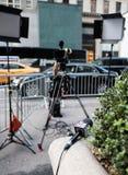 O microfone de Fox News e o equipamento da tevê visto fora do trunfo elevam-se, NYC imagens de stock
