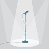 O microfone na fase sob os projetores Imagem de Stock