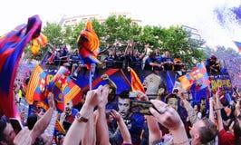 O milhares de pessoas junta-se a jogadores das barras nas ruas da capital Catalan para comemorar o clube que ganha seu 2ò título d Foto de Stock