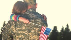 O militar abraça a filha contra o fundo do céu filme