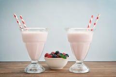 O milk shake wodeen sobre a tabela Imagens de Stock Royalty Free