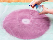 O Milliner molha as fibras no verso da disposição fotografia de stock