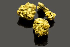 O minério puro do ouro encontrou na mina no fundo preto fotos de stock